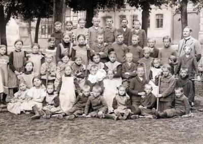 Lehrer Weil mit Schulkindern um 1914