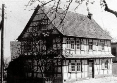 """Haus Nr. 17: """"Schmiede vorm Dorfe""""   Erbaut: 1749"""