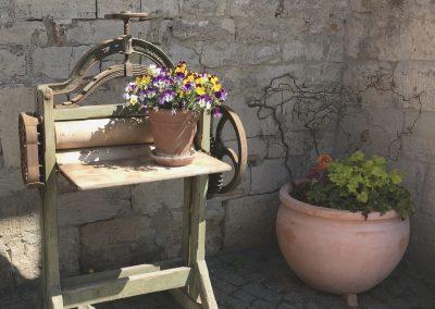 Blumenschmuck im Hof der Mosterei